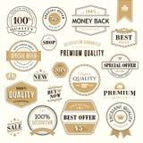 Sistema de insignias y de etiquetas engomadas de oro para la venta ilustración del vector