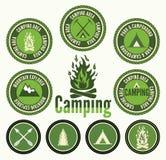 Insignias y etiquetas que acampan