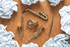 Sistema de instrumentos de oro de la orquesta del viento de cobre amarillo del juguete: saxofón, trompeta, trompa, trombón Concep Imágenes de archivo libres de regalías