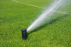 Sistema de irrigação automático para gramados e a grama verde fotografia de stock royalty free