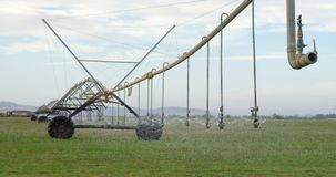 Sistema de irrigação automatizado do sistema de extinção de incêndios na exploração agrícola 4k video estoque