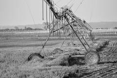 Sistema de irrigação em um campo em South Dakota fotografia de stock