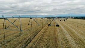 Sistema de irrigação montado em um campo cultivado vídeos de arquivo
