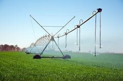 Sistema de irrigación móvil. Fotos de archivo