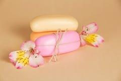 Sistema de jabón con una cuerda y la flor Fotografía de archivo libre de regalías