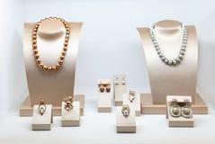 Sistema de joyería de lujo con las gemas y los diamantes preciosos Collares hechos de perlas naturales en soportes Accesorios de  Imágenes de archivo libres de regalías