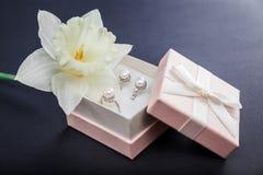 Sistema de joyería de la perla en caja de regalo con la flor Pendientes y anillo de plata con las perlas como presente para el dí Fotos de archivo