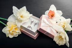 Sistema de joyería de la perla en caja de regalo con las flores Pendientes y anillo de plata con las perlas como presente para el Foto de archivo