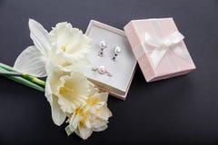 Sistema de joyería de la perla en caja de regalo con las flores Pendientes y anillo de plata con las perlas como presente para el Fotografía de archivo