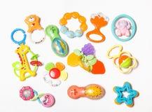 Sistema de juguetes plásticos para recién nacido aislados en blanco Fotografía de archivo libre de regalías