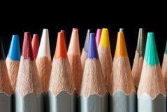 Sistema de lápices coloreados en un fondo negro Lápices coloreados afilados Imagen de archivo libre de regalías