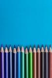 Sistema de lápices o de creyones coloreados coloridos multicolores Fotos de archivo