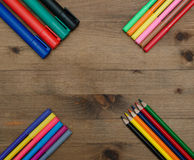 Sistema de lápices y de marcadores multicolores en la tabla Foto de archivo libre de regalías