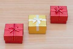 Sistema de la caja de regalo en la tabla de madera marrón Fotografía de archivo