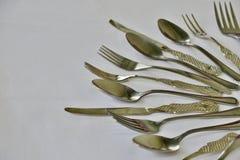 Sistema de la cocina de bifurcaciones y de cuchillos de las cucharas en un fondo blanco fotos de archivo