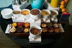 Sistema de la comida del buffet del desayuno de la mañana del hotel con las avenas imagen de archivo
