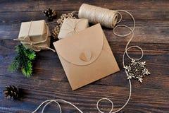 Sistema de la composición de la Navidad de las cajas de Kraft del regalo, de los juguetes de la materia textil y de la cuerda en  Imagen de archivo