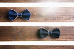 Sistema de la corbata de lazo hecha a mano sobre fondo de madera Imagen de archivo