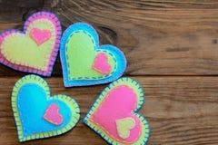 Sistema de la decoración del día de tarjetas del día de San Valentín Corazones hermosos del fieltro en un fondo de madera con el  Imagen de archivo libre de regalías