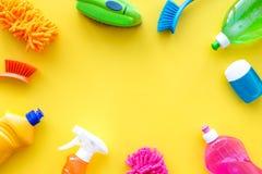 Sistema de la economía doméstica Detergentes, jabón, limpiadores y cepillo para housecleaning en maqueta amarilla de la opinión s imagen de archivo libre de regalías