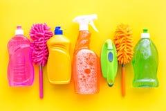 Sistema de la economía doméstica Detergentes, jabón, limpiadores y cepillo para housecleaning en maqueta amarilla de la opinión s imagenes de archivo