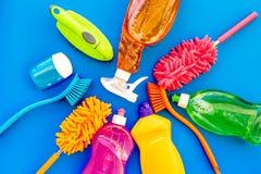 Sistema de la economía doméstica Detergentes, jabón, limpiadores y cepillo para housecleaning en maqueta azul de la opinión super fotos de archivo libres de regalías