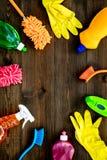 Sistema de la economía doméstica Detergentes, jabón, limpiadores y cepillo para housecleaning en maqueta de madera de la opinión  imagen de archivo