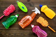 Sistema de la economía doméstica Detergentes, jabón, limpiadores y cepillo para housecleaning en maqueta de madera de la opinión  fotografía de archivo