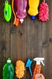 Sistema de la economía doméstica Detergentes, jabón, limpiadores y cepillo para housecleaning en maqueta de madera de la opinión  imagenes de archivo