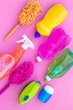 Sistema de la economía doméstica Detergentes, jabón, limpiadores y cepillo para housecleaning en maqueta de la opinión superior d imagen de archivo libre de regalías
