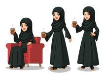 Sistema de la empresaria árabe en el vestido negro que hace una rotura con la consumición de un café libre illustration