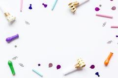 Sistema de la fiesta de cumpleaños con confeti en la mofa blanca de la opinión superior del fondo para arriba Imagen de archivo