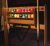 Sistema de la foto de las bolas para un juego de los billares de la piscina en estantes Imagen de archivo