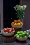 Sistema de la fruta y decoración del florero en partido Foto de archivo