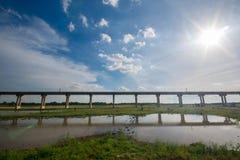 Sistema de la infraestructura de transporte ferroviario Puente ferroviario a través del l fotos de archivo libres de regalías