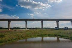 Sistema de la infraestructura de transporte ferroviario Puente ferroviario a través del l imagenes de archivo