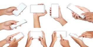Sistema de la mano que sostiene el teléfono elegante móvil con la pantalla en blanco