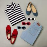 Sistema de la moda de tejanos, de suéter rayado, de zapatos rojos y de sungls imagen de archivo