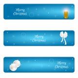 Sistema de la Navidad de la bandera azul horizontal tres con las bolas de la Navidad blanca, el arco blanco y una vela ardiente C Fotografía de archivo
