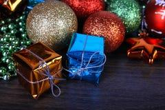 Sistema de la Navidad y del Año Nuevo Esferas y conos de abeto un de madera Fotografía de archivo