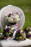 Sistema de la novia del ramo en la silla del vintage Foto de archivo libre de regalías
