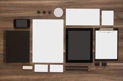 Sistema de la plantilla de la marca del negocio de la maqueta en de madera Fotografía de archivo libre de regalías