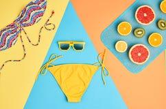 Sistema de la playa del verano de la moda Fruta tropical mínimo Foto de archivo libre de regalías