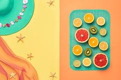 Sistema de la playa del verano de la moda Fruta tropical mínimo imagen de archivo libre de regalías