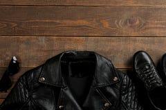 Sistema de la ropa elegante del ` s de las mujeres negras, accesorios del ` s de las mujeres de la moda en una tabla de madera ma imágenes de archivo libres de regalías