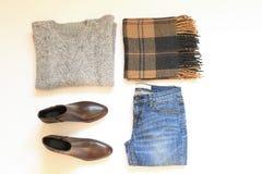 Sistema de la ropa de la mujer elegante del invierno en el fondo blanco Concepto del estilo y de la moda Foto de archivo libre de regalías