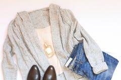 Sistema de la ropa de la mujer elegante del invierno en el fondo blanco Concepto del estilo y de la moda Imagenes de archivo