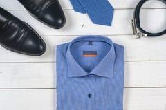 Sistema de la ropa y de los zapatos de los hombres en fondo de madera Fotografía de archivo