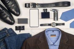 Sistema de la ropa y de los zapatos de los hombres en fondo de madera Accesorios de los hombres Visión superior Foto de archivo libre de regalías
