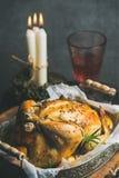 Sistema de la tabla de la Navidad y del Año Nuevo con el pollo entero asado Imagen de archivo libre de regalías